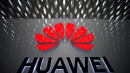 Le logo d'Huawei, visible à l'aéroport international de Shenzen, en Chine. REUTERS/Aly Song/File Photo