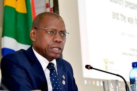 le ministre sud-africain de la Santé, Zweli Mkhize. Indiquant que cette suspension permettra d'étudier plus en détail ses effets, y compris sur les cas graves