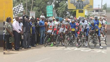 Madame Chantal Biya a tenu à remettre elle-même le 19e trophée du Grand Prix Cycliste qui porte son nom à Azzédine LAGAB (32 ans) qui a occupé la première marche du podium