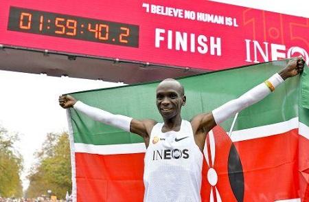 Eliud Kipchoge, 35 ans, est devenu depuis samedi dernier à Vienne, le meilleur marathonien du monde de tous les temps