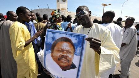 Un partisan de Cheikh Béthio Thioune tient son portrait. Sénégal, le octobre 2012. (Image d'illustration) © AFP PHOTO / SEYLLOU SEYLLOU / AFP
