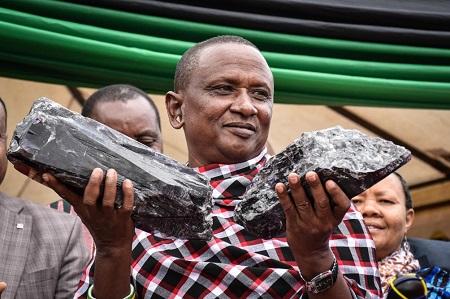Saniniu Kuryan Laizer a découvert les deux fragments de tanzanite à Mererani, près du mont Kilimandjaro
