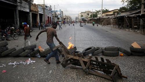 Les rues de Port-au-Prince parsemées de barricades le 10 février 2019. Début février, des manifestations réclamant la démission du président Möise et une amélioration des conditions de vie se sont multipliées à travers les principales villes du pays. REUTERS/Jeanty Junior Augustin