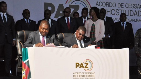 Le président du Mzambique Filipe Nyusi (g) et le leader de la Renamo Ossufo Momade signent accord de paix, au parc national de Gorongoza, le 1er août 2019. © Stringer / Office of the President of Mozambique / AFP