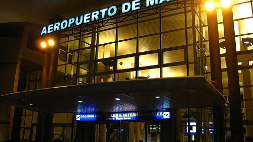 L'ambassadeur d'Espagne en Guinée équatoriale était venu accueillir l'opposant Andres Esono Ondo à l'aéroport de Malabo à son retour du Tchad, le 25 avril 2019. © CC BY-SA 4.0/Haryamouji/Wikimedia Commons / Fernando2000