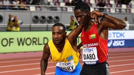 Le coureur d'Aruba Jonathan Busby, visiblement épuisé et au bord de l'effondrement et Braima Suncar Dabo, de la Guinée Bissau