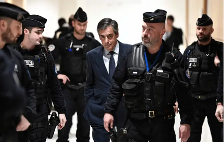 """François Fillon est poursuivi pour """"détournement de fonds publics"""" et """"abus de bien social"""". — AFP"""