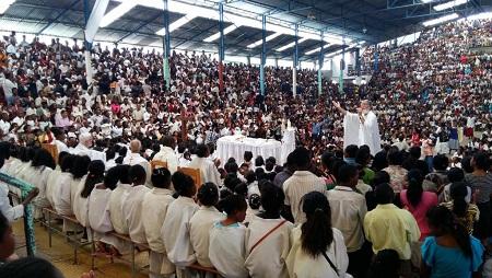 À Akamasoa, dans la capitale, chaque dimanche, la messe du père Pedro attire plus de 6000 fidèles. Sur la Grande Île, les chrétiens constitueraient plus de 40% de la population. © Sarah Tétaud/RFI