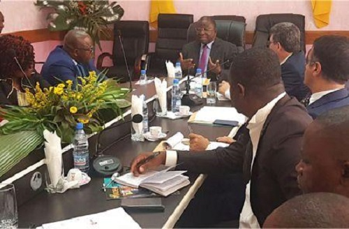 Le ministre en charge du commerce au Cameroun, Luc Magloire Mbarga Atangana, avec ses interlocuteurs