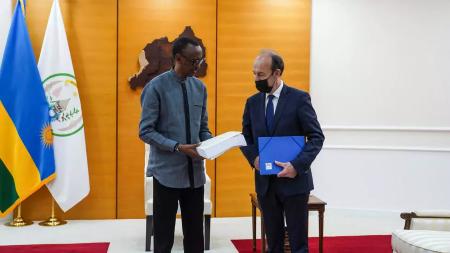 L'historien français Vincent Duclert a remis vendredi une copie de son rapport sur le rôle de la France dans le génocide des Tutsi de 1994 au président Paul Kagame, à Kigali, le 9 avril 2021. AFP - SIMON WOHLFAHRT