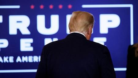 Le président américain Donald Trump, le 3 novembre 2020, après son discours à la Maison Blanche, à Washington.  (CARLOS BARRIA / REUTERS)