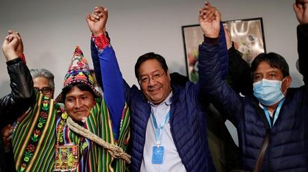 Le nouveau président bolivien Luis Arce (au milieu) et son vice-président David Choquehuanca (à droite) le 19 octobre après l'annonce de leur victoire à La Paz, en Bolivie.© Ueslei Marcelino Source: Reuters