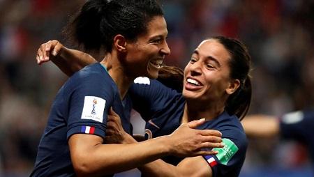 Valérie Gauvin félicitée par Amel Majri après son but pour l'équipe de France contre la Norvège, le 12 juin 2019. Eric Gaillard /Reuters