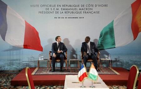 Le président français Emmanuel Macron et son homologue ivoirien Alassane Ouattara lors d'une conférence de presse, le 21 décembre 2019 à Abidjan afp.com - Ludovic MARIN