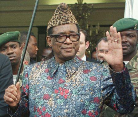 Le président zaïrois Mobutu Sese Seko salue la presse après sa rencontre avec l'ambassadeur américain auprès des Nations Unies, Bill Richardson, à la présidence à Kinshasa, le 29 avril 1997.