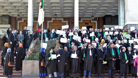 Juges et avocats devant le conseil judiciaire d'Alger lors d'une journée de mobilisation des magistrats en grève, le 29 octobre 2019. © AFP
