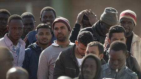 Des migrants font la queue à leur arrivée dans le port de Malaga le 29 octobre 2019, après qu'un bateau gonflable transportant 75 migrants a été secouru par les garde-côtes espagnols (image d'illustration). © Jorge Guerrero Source: AFP