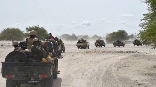 Des soldats de l'armée nigérienne se dirigent vers la ville de Bosso au sud-est du Niger en 2016 (image d'illustration). © AFP/ISSOUF SANOGO