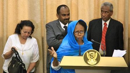 Aisha Moussa Saeed (au centre) s'exprime lors d'une conférence de presse entourée d'autres membres du Conseil souverainn dont Raja Nicolas Abdel Massih (à gauche), le 21 août 2019. © Ebrahim HAMID / AFP