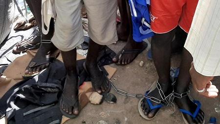 Des jeunes nigérians et nigériens ont été découverts enfermés et enchaînés dans l'État de Katsin, dans le nord du Nigeria, le 14 octobre 2019. © REUTERS/Stringer