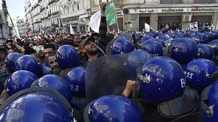 La justice algérienne a requis lundi de lourdes peines de prison contre un ancien puissant chef de la police