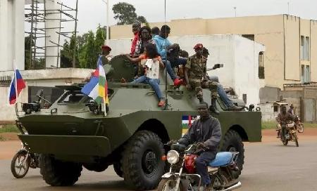 Un véhicule de transport de troupes russe parade à Bangui le 15 octobre 2020. Camille Laffont / AFP