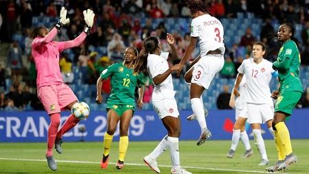 La Canadienne Buchanan bat la Camerounaise Ngo Ndom d'une tête piquée et ouvre la marque. REUTERS/Jean-Paul Pelissier