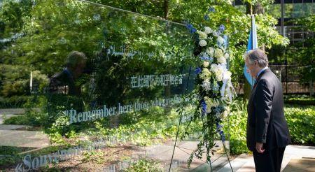 Le Secrétaire général de l'ONU, António Guterres, dépose une couronne de fleurs en hommage aux Casques bleus qui ont perdu la vie dans l'exercice de leurs fonctions. Photo ONU/Mark Garten