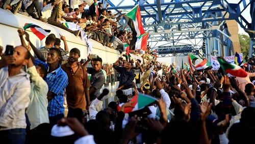 Les manifestants saluent l'arrivée des Soudanais par le train pour participer à la «marche du milion» à Khartoum, le 15 avril 2019. © REUTERS/Mohamed Nureldin Abdallah