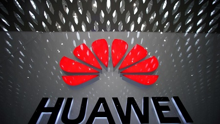 Le logo d'Huawei, visible à l'aéroport international de Shenzen, en Chine. REUTERS/Aly Song/File Photo