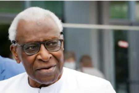 L'ancien président de la Fédération internationale d'athlétisme, le Sénégalais Lamine Diack, à son arrivée au palais de justice de Paris, le 10 juin 2020 (Thomas SAMSON)
