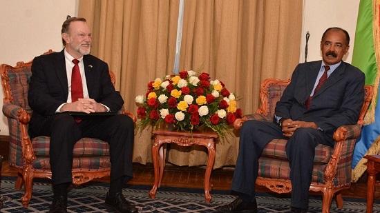 Isaias Afwerki, le chef de l'Etat érythréen assis à la même avec Tibor Nagy , secrétaire d'État américain adjoint aux Affaires africaines