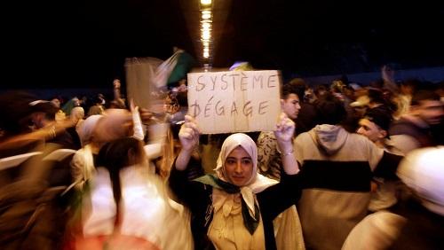 Au lendemain des annonces d'Abdelaziz Bouteflika, les manifestations ont continué dans les rues d'Alger, le 12 mars 2019. © REUTERS/Ramzi Boudina