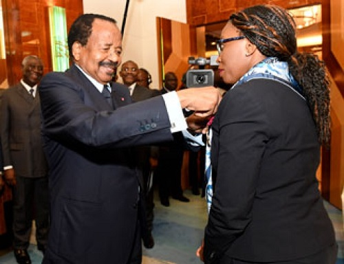 Paul Biya décore Vera Songwe, la première femme à présider aux destinées de la Commission économique de l'ONU pour l'Afrique