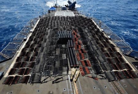 Des milliers d'armes illicites exposées à bord du navire de croisière américain USS Monterey après avoir été saisies sur un boutre naviguant dans les eaux internationales de la mer d'Arabie, le 8 mai 2021..Foto U.S. Navy Forces Central Command/U.S. Navy/Handout via REUTERS  -