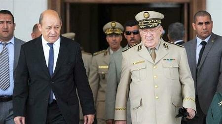 Le chef d'état-major Gaïd Salah général Ahmed Gaïd-Salah (D) et le ministre français des AE Jean-Yves Le Drian. (Archives)
