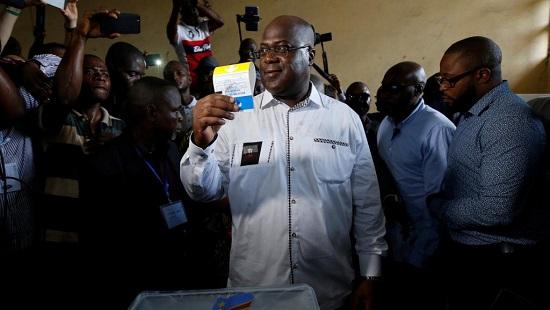 Le leader du principal parti d'opposition UDPS et candidat à la présidentielle Félix Tshisekedi montre son bulletin de vote avant de le déposer dans l'urne, à Kinshasa le 30 décembre 2018. © REUTERS/Baz Ratner