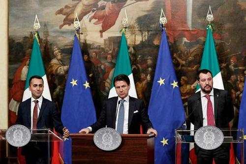 De gauche à droite, Luigi Di Maio, le ministre du travail, Giuseppe Conte, le premier ministre italien, et Matteo Salvini, le ministre de l'intérieur, le 17 janvier à Rome. RICCARDO ANTIMIANI / AP