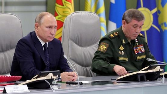 Vladimir Poutine (gauche) avec le chef d'état-major des forces armées russes Valery Gerasimov, dans un bâtiment du ministère de la Défense à Moscou, le 26 décembre 2018. Sputnik/Mikhail Klimentyev/Kremlin