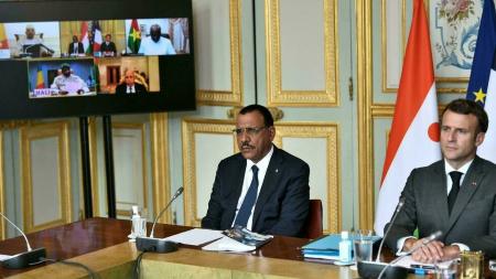 Le président français Emmanuel Macron (d) et le président nigérien Mohamed Bazoum (g) au palais présidentiel de l'Élysée à Paris le 9 juillet 2021, lors du sommet avec les dirigeants des pays du G5 Sahel, après la décision de la France le mois dernier de réduire les troupes antiterroristes françaises en Afrique de l'Ouest. AFP - STEPHANE DE SAKUTIN