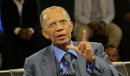 L'ancien président malgache Didier Ratsiraka répond aux questions de la presse sur une chaîne de télévision privée à Antananarivo, le 11 septembre 2013.