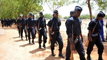 Des officiers de police burkinabè durant les funérailles de trois de leurs collègues, le 21 mai 2016 à Ouagadougou. © AHMED OUOBA / AFP