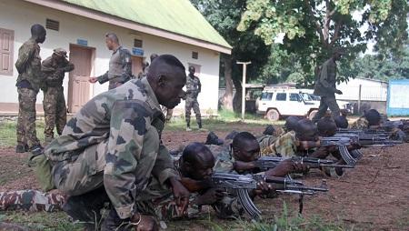 Des éléments des forces armées centrafricaines suivent un entraînement au tir, dispensé par des instructeurs de l'EUTM, au camp Kasaï à Bangui, le 17 septembre 2018. © ©RFI/Gaël Grilhot