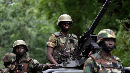 Des soldats de l'armée ghanéenne dans les rues d'Accra, le 13 septembre 2018. (photo d'illustration) AP - Sunday Alamba