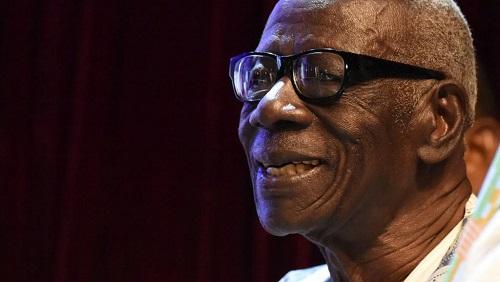 Bernard Dadié a reçu le premier prix Jaime Torres Bodet de l'Unesco pour l'ensemble de son œuvre, le 11 février 2016 à Abidjan.. © SIA KAMBOU / AFP