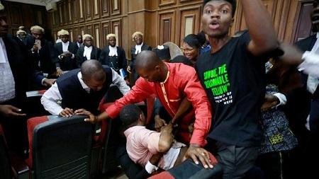Au Nigeria, des agents du service de renseignements ont stoppé vendredi l'audience du procès du journaliste activiste Omoyele Sowore