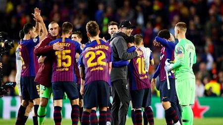 Jürgen Klopp (casquette sur la tête) embrasse Lionel Messi après la victoire du Barça devant Liverpool (3-0), en demi-finale aller de la Ligue des champions.Getty Images