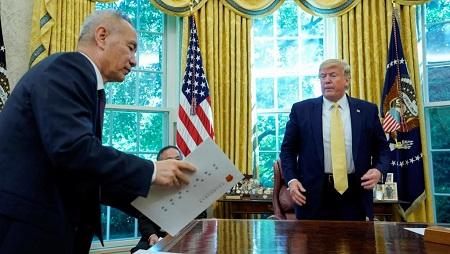 Le vice Premier ministre chinois Liu et Donald Trump à la Maison Blanche, dans le bureau ovale, le 11 octobre. REUTERS/Yuri Gripas