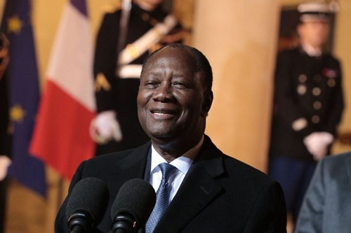 Le président ivoirien Alassane Ouattara au sortir du Palais de l'Elysée à Paris après un entretien avec le président Emmanuel Macron, le 15 février 2019.
