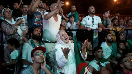 Des supporters de l'Algérie regardent la demi-finale de la CAN 2019 remportée par leur équipe, à Alger, le 14 juillet 2019. © REUTERS/Ramzi Boudina